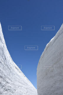 雪に覆われた山の写真・画像素材[3731996]