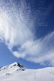雪に覆われた山の写真・画像素材[3731997]