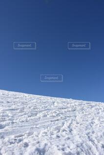 雪に覆われた斜面の写真・画像素材[3732000]