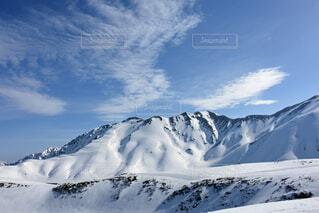 雪に覆われた山の写真・画像素材[3732002]