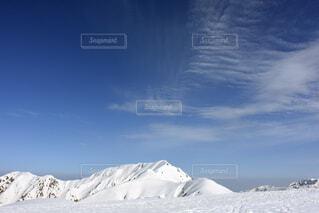雪に覆われた山の写真・画像素材[3732001]