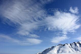雪に覆われた斜面の上空の雲の群の写真・画像素材[3732003]
