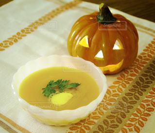 バターナッツかぼちゃのスープとハロウインのキャンドルの写真・画像素材[240132]