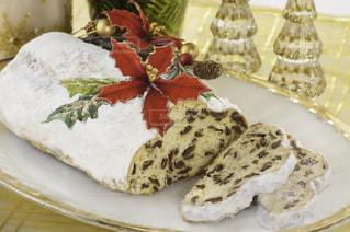 シュトーレンとクリスマスの飾りの写真・画像素材[250106]