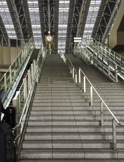 JR大阪駅の時空の広場に通じるエスカレーターと金の時計の写真・画像素材[609605]