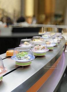 テーブルの上に食べ物のトレイの写真・画像素材[802324]