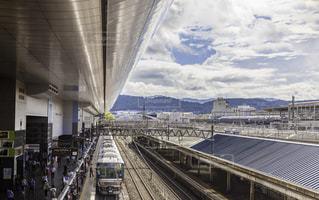 電車は建物の脇に駐車します。の写真・画像素材[843506]