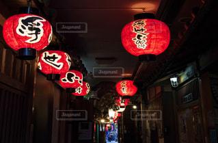 大阪浮世小路の赤提灯の写真・画像素材[1227152]