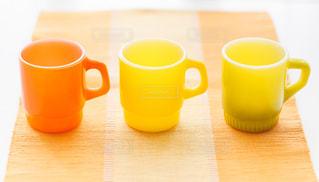 近くのテーブルにコーヒーのマグカップのの写真・画像素材[1230258]