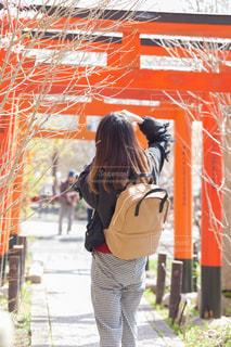 建物の前に立っている人の写真・画像素材[1259424]