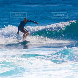 海でサーフボードで波に乗って人の写真・画像素材[1270402]