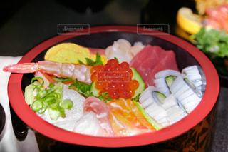 板の上に食べ物のボウルの写真・画像素材[1610793]