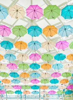 近くにカラフルな傘のアップの写真・画像素材[1610796]