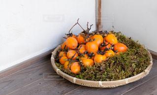 テーブルの上のオレンジのボウルの写真・画像素材[1610827]