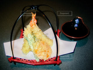 テーブルの上に食べ物のプレートの写真・画像素材[1630914]