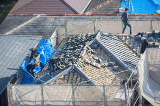 災害で被害を受けた屋根の修復工事の写真・画像素材[1808400]
