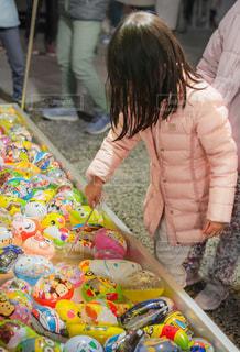 夜店でおもちゃを掬っている女の子の写真・画像素材[2095926]