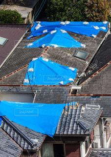 ブルーシートに覆われた屋根の写真・画像素材[2366306]