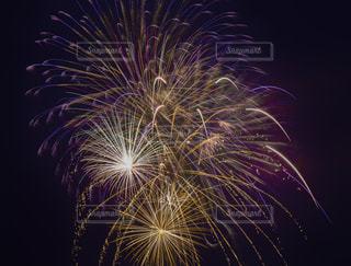 空の花火の写真・画像素材[2366311]