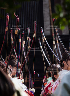 弓を持った着物姿の女性達の写真・画像素材[2714490]