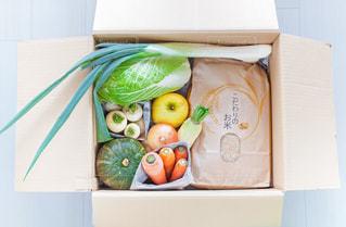 宅配便で届けられた野菜と米の写真・画像素材[3159365]