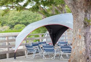 キャンプ場に設営されたタープ、アウトドアチェア、テーブルの写真・画像素材[3779501]