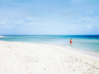 マイアミビーチで海水浴をしている男性の写真・画像素材[4190106]
