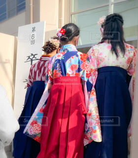 卒業式に向かう女学生たちの写真・画像素材[4286437]