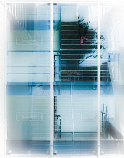 階段を下りる男性の写真・画像素材[4598664]