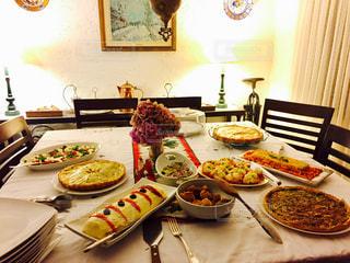 テーブルな皿の上に食べ物のプレートをトッピングの写真・画像素材[891126]