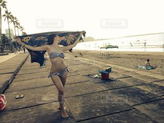 ビーチに座っている女性の写真・画像素材[1115925]