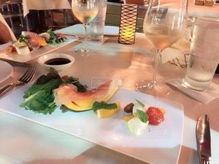 テーブルの上に食べ物のプレート - No.1199649