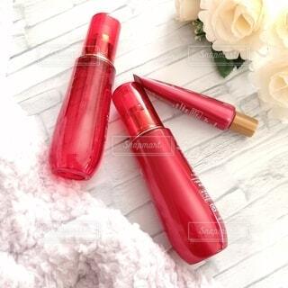 赤いボトルの化粧品の写真・画像素材[4166560]