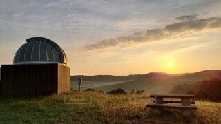 天文台と眩しい太陽の写真・画像素材[3709397]