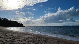 西日が輝くビーチの写真・画像素材[3976418]