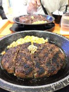 近くに金属鍋のアップは食べ物でいっぱいの写真・画像素材[1722874]