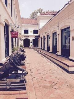 建物とレンガの道と獅子の写真・画像素材[3813857]