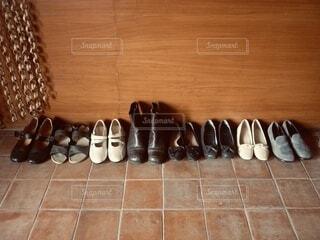 床の上に並べられた靴の写真・画像素材[3872806]