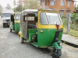 路上に停車している三輪車の写真・画像素材[3960003]