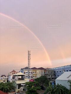 建物の上にかかる二重の虹の写真・画像素材[4063827]