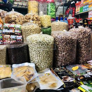 たくさんの豆とナッツで満たされた店先の写真・画像素材[4078881]