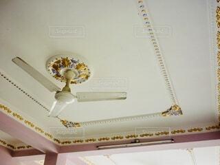 一軒家のゴージャスなデザインの天井の写真・画像素材[4092833]