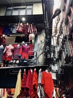 洋服店の入ったビルの洋服のディスプレイと外観の写真・画像素材[4146285]