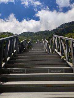 橋の近くの空のベンチの写真・画像素材[3723163]