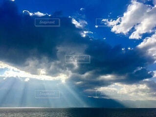 青い曇り空の雲の写真・画像素材[3723343]