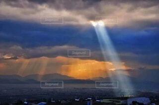 青い曇り空の雲の写真・画像素材[3723341]