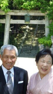 初孫のお宮参りで笑顔で寄り添うおじいちゃんとおばあちゃんの写真・画像素材[3707873]