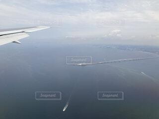 水の体の上を飛んでいる飛行機の写真・画像素材[3704905]