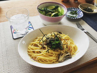 テーブルの上の皿の上に食べ物のボウル - No.759600