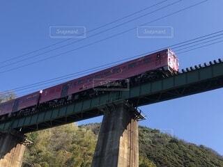 背景に山のある橋の写真・画像素材[3706284]